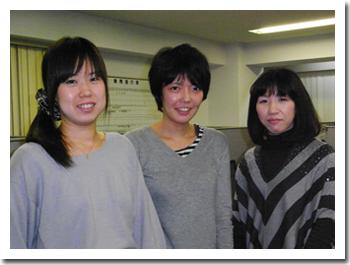 翻訳スタッフ、左から多田さん、宇都宮さん、伊藤さん。フェロー・アカデミー出身の先輩後輩トリオです